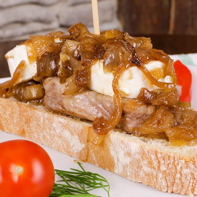Lomito de cerdo con cebolla caramelizada y tostadas